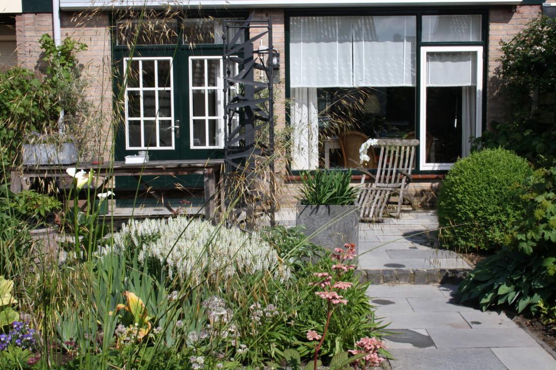 De Buitenkamer tuinontwerp, Grave. weelderige tuin in Grave 7