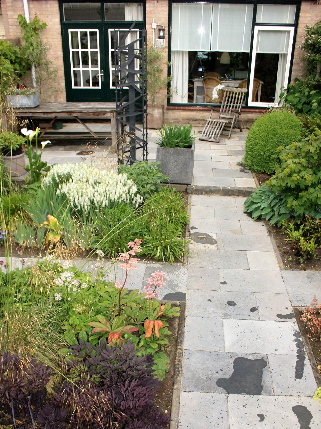 De Buitenkamer tuinontwerp, Grave, weelderige tuin in Grave 4